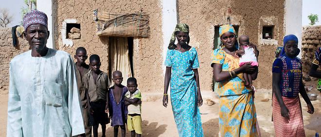 Endeuillés. Mamane Manzou (à g.) et son épouse Hamsatou (au centre) vivent dans le village de Ragana, dans le sud du Niger. Ils ont perdu six membres de leur famille partis tenter leur chance en Algérie.