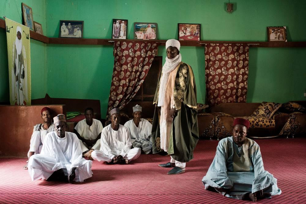 """Notable. """"Sa Majesté Tountouma Abdoul Kadre Amadou Issaka"""", (debout), chef du canton de Kantché, veille sur 400 000 âmes. Il reconnaît que le poids des coutumes freine le développement. ©  Michaël Zumstein/Agence VU'"""