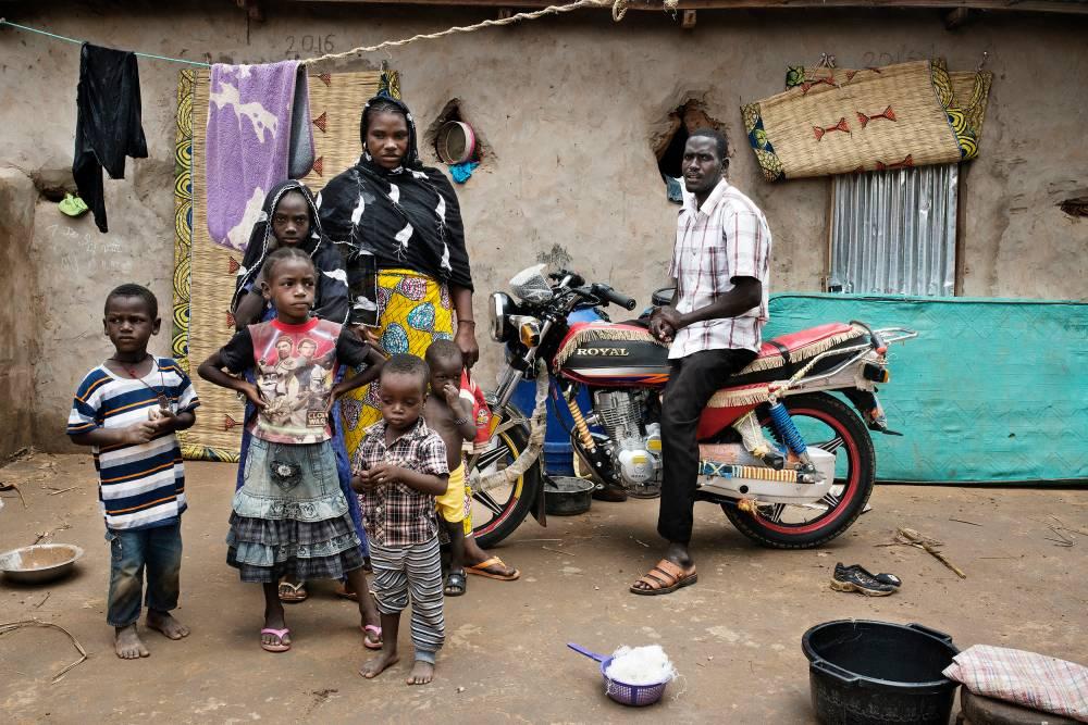 """""""Avant, j'étais pauvre."""" Abderrahmane Ibrahim Bala et sa famille ont fait le voyage en Algérie et sont rentrés dans leur village d'El Dawa avec de l'argent. Le couple veut retenter le périple.  © Michaël Zumstein/Agence VU'"""