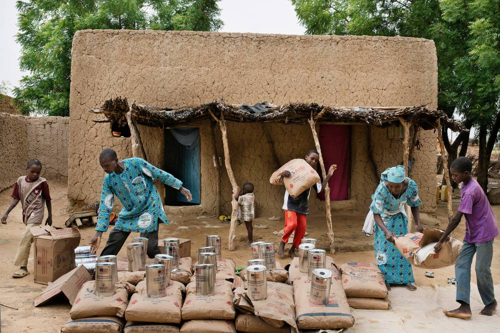 Urgence. À Ragana, des bénévoles d'une ONG catholique distribuent des vivres. Au Niger, 2 millions de personnes sont en insécurité alimentaire. ©  Michaël Zumstein/Agence VU'