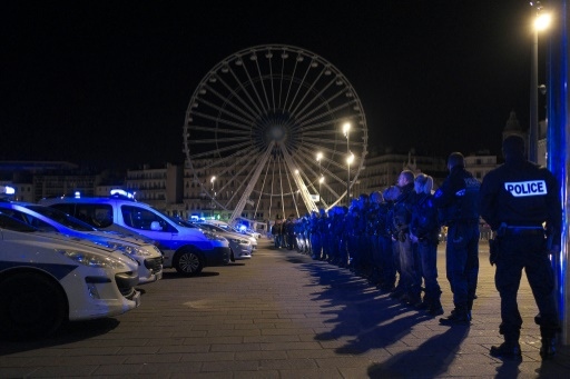 Une centaine de policiers manifestent sur le Vieux-Port à Marseille, le 19 octobre 2016 © BORIS HORVAT AFP