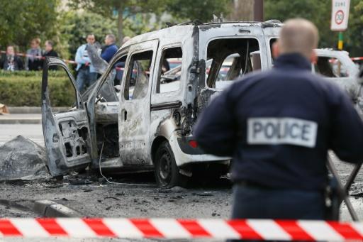 Un policier devant la carcasse d'un véhicule de police incendié à  Viry-Chatillon le 8 octobre 2016  © Thomas SAMSON AFP/Archives