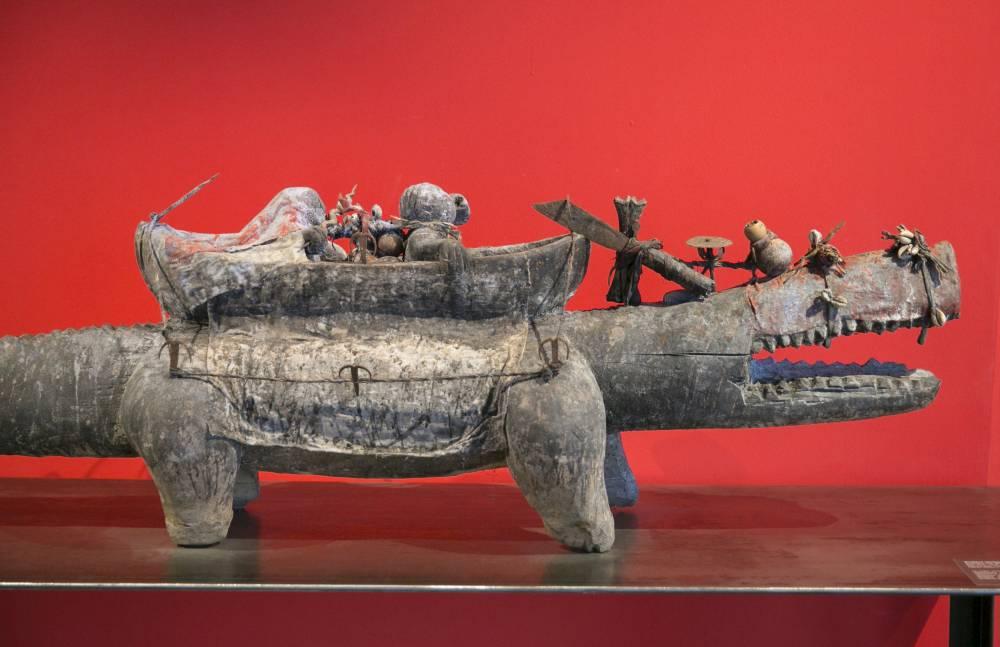 Rituels. Un autel crocodile, la divinité aquatique Mami Wata et le «Ferme ta gueule», trois objets du culte vodou. ©  Frédéric Maigrot/REA