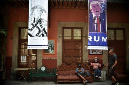 """Des caricatures du candidat républicain à la présidentielle américaine Donald Trump lors de l'exposition """"Trump: un mur de caricatures"""" au musée de la caricature de Mexico, le 17 octobre 2016 © YURI CORTEZ AFP"""
