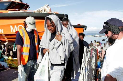Photo fournie par la Croix rouge italienne de migrants débarquant à Vibo Marina après une opération de sauvetage en mer Méditerranée, le 22 octobre 2016 © YARA NARDI ITALIAN RED CROSS/AFP