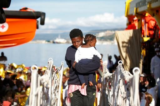Photo fournie par la Croix rouge italienne d'une femme et son enfant débarquant à Vibo Marina, après avoir été secourues en mer Méditerranée, le 22 octobre 2016 © YARA NARDI ITALIAN RED CROSS/AFP