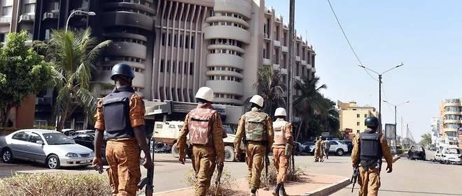 Des soldats burkinabè patrouillent aux alentours du Splendid Hôtel, après l'attaque djihadiste qui a visé l'établissement et un café-restaurant en janvier 2016.