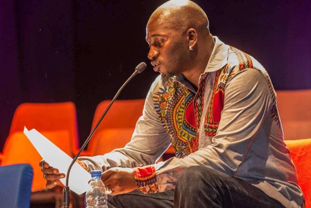 La scène de l'institut Français. Le slamer Souleymane Diamanka. ©  Antoine Tempé