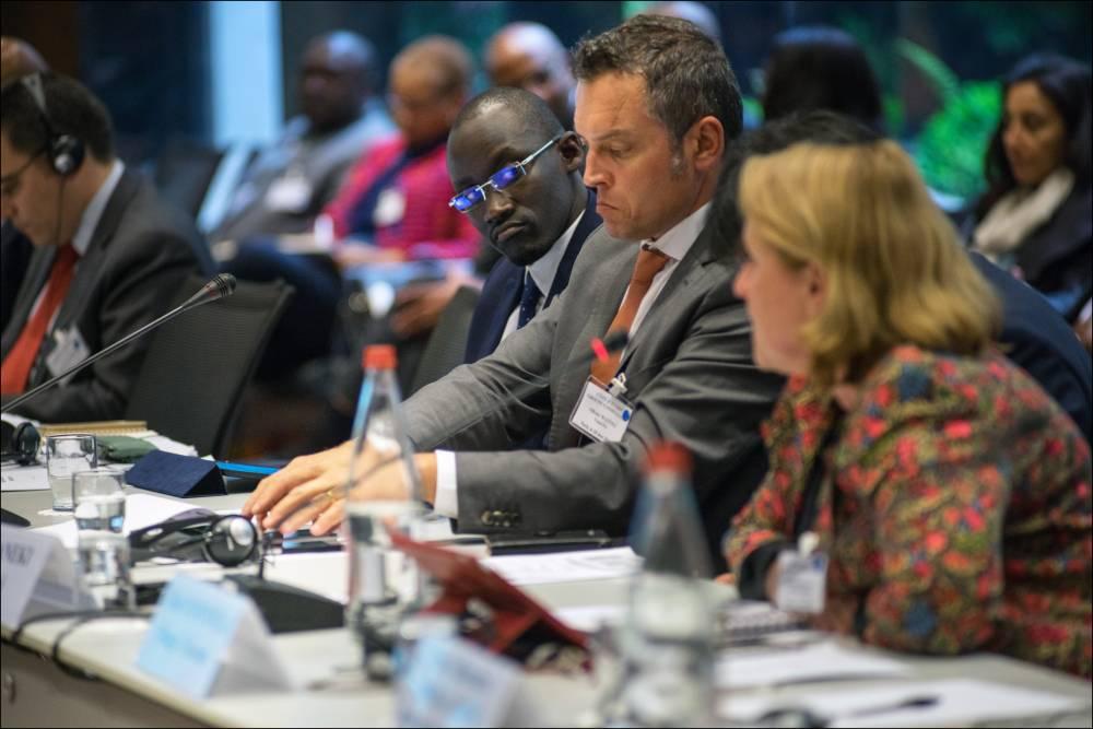 """Abdourahmane Cissé, autour de la table des négociations avec les bailleurs de fonds internationaux, au siège de la Banque Mondiale à Paris.  ©  Khanh Renaud/Square pour """"Le Point"""""""