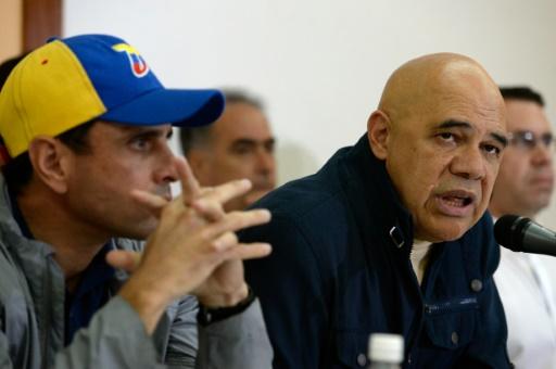 Jesus Torrealba (D), le principal représentant de la coalition d'opposition (MUD, centre droit), le 10 octobre 2016 à Caracas © FEDERICO PARRA AFP/Archives