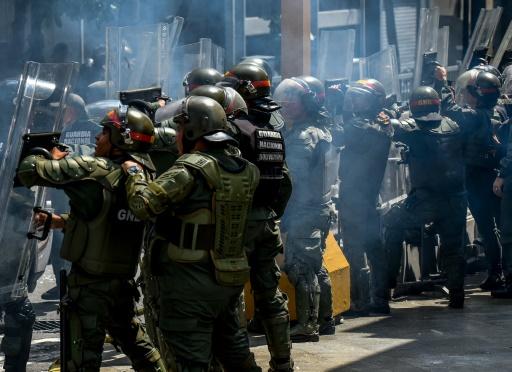 Des membres de la garde nationale protègent l'entrée du Parlement à Caracas, le 27 octobre 2016 © JUAN BARRETO AFP