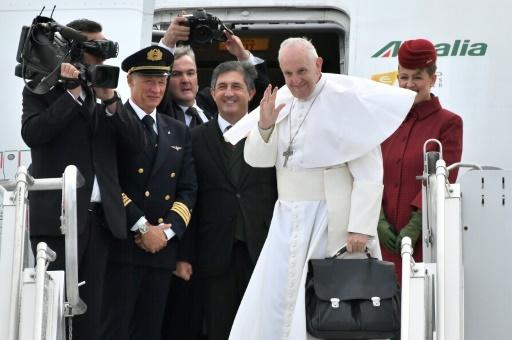 Le pape François salue la foule en montant à bord de son avion à Malmö en Suède, le 1er novembre 2016 © JONATHAN NACKSTRAND AFP