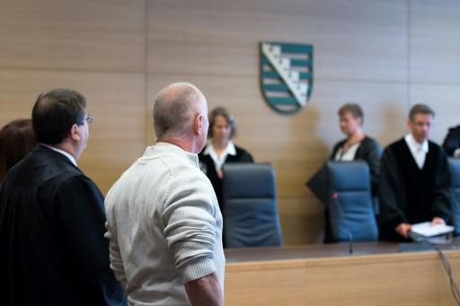 Detlev Günzel (2è g)  arrive à l'ouverture de son procès en appel, le 1er novembre 2016 à Dresde © Arno Burgi dpa/AFP