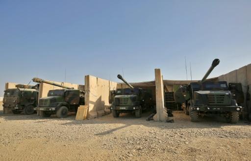 Des CAESAR (camion équipé d'un système d'artillerie) stationnent sur la base de Qayyarah, sud de Mossoul, le 31 octobre  2016  © AHMAD AL-RUBAYE AFP
