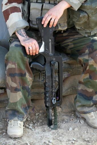 Un soldat français entretient son fusil d'assaut, sur la base de   Qayyarah (sud de Mossoul), le 31 octobre 2016 © AHMAD AL-RUBAYE AFP