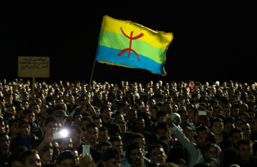 Des manifestant brandissent le drapeau berbère à Al Hoceima au Maroc, le 30 octobre 2016 © FADEL SENNA AFP/Archives
