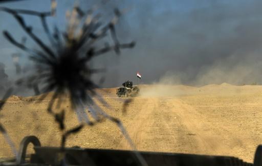 Un véhicule des forces irakiennes avance vers Mossoul, le 31 octobre 2016 © BULENT KILIC AFP