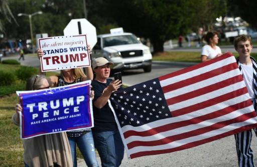 Des partisans du candidat Donald Trump manifestent devant le Pasco-Hernando State College à Dade City en Floride où se tient le meeting d'Hilary Clinton, le 1er novembre 2016 © JEWEL SAMAD AFP