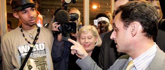 """En 2005, alors ministre de l'Intérieur, Nicolas Sarkozy s'illustre deux fois au sujet des banlieue. En juin, il veut nettoyer une cité au """"Kärcher"""" et quelques mois plus tard, il promet à une habitante de """"débarrasser"""" le quartier de la """"racaille""""."""
