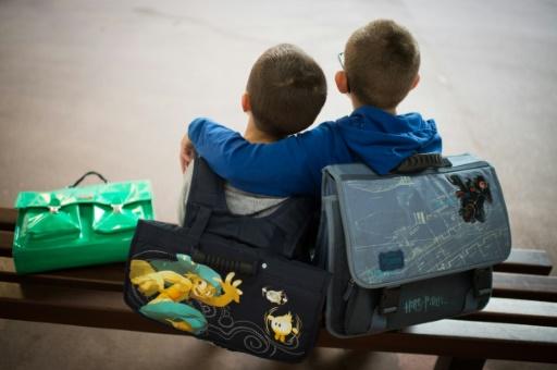 Aller à pied seul à l'école renforce la confiance en soi des enfants parce qu'ils doivent se préoccuper les uns des autres © MARTIN BUREAU AFP/Archives