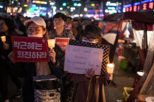 Des manifestants à Séoul pour exiger la démission de la présidente Park Geun-Hye impliquée dans un scandale de corruption, le 5 novembre 2016  © Ed JONES AFP