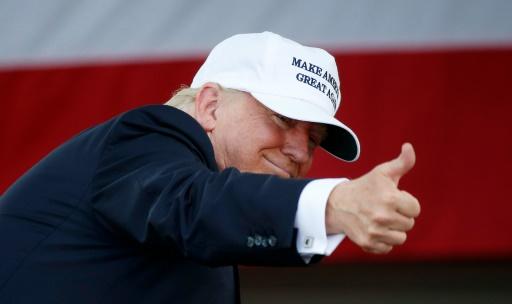 Donald Trump salue ses partisans lors d'un meeting électral à Miami le 2 novembre 2016 © RHONA WISE                       AFP/Archives
