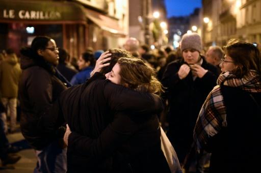 Retrouvailles devant le café Le Carillon à Paris, le 14 novembre 2015 après les attentats © MARTIN BUREAU AFP/Archives