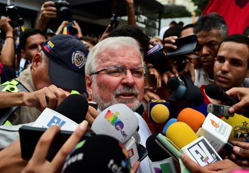 L'envoyé du pape au Venezuela Aldo Giordano s'adresse aux journalistes devant la  Nonciature apostolique de Caracas, le 3 novembre 2016 © Ronaldo SCHEMIDT AFP