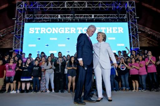 Bill et Hillary Clinton lors d'un meeting de campagne à l'université du Nevada, le 19 octobre 2016 à Las Vegas © Brendan Smialowski AFP