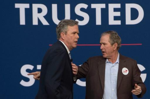 L'ancien président américain George W. Bush (d), soutenant la campagne de Jeb Bush, à Charleston, en Caroline du Sud, le 15 février 2016 © JIM WATSON AFP/Archives