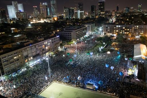 Des dizaines de milliers de personnes participent à Tel-Aviv au grand rassemblement annuel pour la paix organisé à l'occasion de l'anniversaire de l'assassinat de l'ex-Premier ministre israélien Yitzhak Rabin, le 5 novembre 2016  © JACK GUEZ AFP