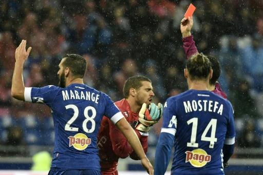 Le gardien de Bastia Jean-Louis Leca reçoit un carton rouge contre Lyon, le 5 novembre 2016 au Parc OL © JEFF PACHOUD AFP