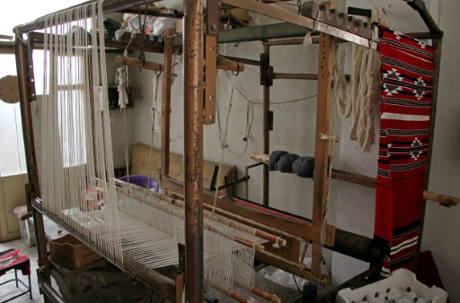 L'atelier à Ariha, le 12 octobre 2016 non loin d'Alep, où des tisserands fabriquent des tapisseries traditionnelles arabes © OMAR HAJ KADOUR AFP
