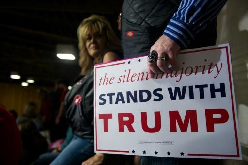 Affiche soutenant Donald Trump, lors d'un meeting de campagne du candidat républicain, le 5 novembre 2016 à Denver © Jason Connolly AFP
