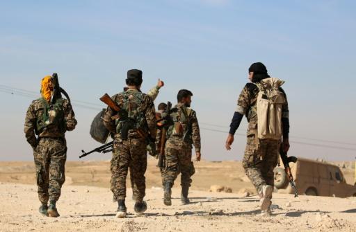 Des combattants des Forces démocratiques syriennes près de la ville d'Ain Issa, à 50 kilomètres au nord de Raqa, le 7 novembre 2016  © DELIL SOULEIMAN AFP