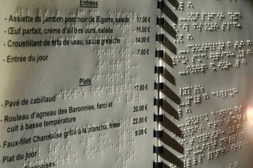 Un menu transcrit en braille, le 13 septembre 2016 à Toulouse, en France © ERIC CABANIS AFP