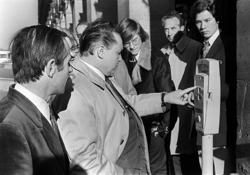 Des Parisiens se familiarisent 06 octobre 1971 dans une rue de la capitale avec un parcmètre. Le stationnement payant a été instauré à Paris le 01 juillet de la même année. ©  AFP/Archives