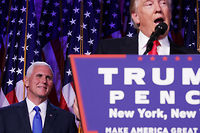 Mike Pence écoute le discours du futur président des États-Unis. ©CHIP SOMODEVILLA