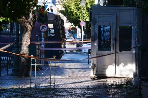 Des policiers relèvent des indices devant l'entrée de l'ambassade de France après un jet de grenade par deux inconnus à moto, le 10 novembre 2016 à Athènes © LOUISA GOULIAMAKI AFP