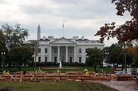 Le podium pour la passation des pouvoirs de Barack Obama à Donald Trump est déjà en cours de construction devant la Maison-Blanche, à Washington. ©NICHOLAS KAMM