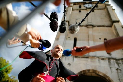 L'archevêque de Rouen Dominique Lebrun répond aux journalistes le 2 octobre 2016 avant une cérémonie pour la réouverture de l'église Saint-Etienne-du-Rouvray © CHARLY TRIBALLEAU AFP/Archives