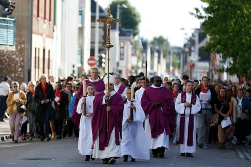 L'archevêque de Rouen Dominique Lebrun mène une processions dans les rues de  Saint-Etienne-du-Rouvray le 2 octobre 2016 avant une cérémonie pour la réouverture de l'église où le Père Jacques Hamel a été assassiné par un jihadiste © CHARLY TRIBALLEAU AFP/Archives
