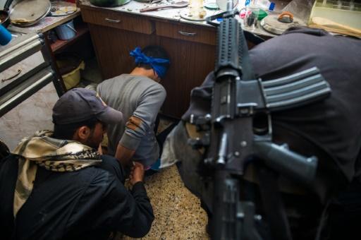 Un homme suspecté d'être un combattant de l'EI arrêté par des soldats des forces d'élite irakiennes le 11 novembre 2016 à Arbagiah dans la banlieue de Mossoul © Odd ANDERSEN AFP