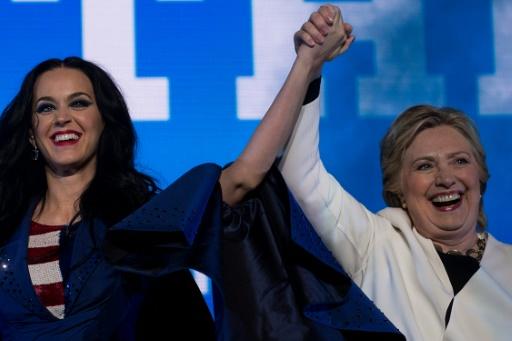 Katy Perry (g) et la candidate démocrate Hillary Clinton, saluent la foule après un meeting à Philadelphie, le 5 novembre 2016 © Brendan Smialowski AFP/Archives