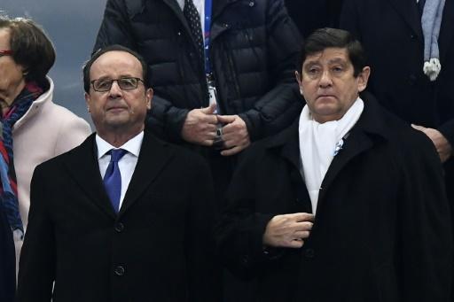 Francois Hollande (G) et Patrick Kanner, ministre de la Ville, de la Jeunesse et des Sports lors d'une minute de silence, le 11 novembre 2016, au Stade de France en hommage aux victimes des attaques terroristes du 13 novembre 2015 © FRANCK FIFE AFP