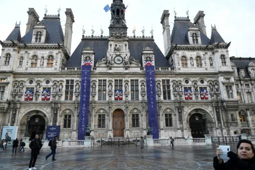 """Des banderoles """"Paris se souvient"""" et """"Paris Uni"""" sont exposés, le 10 novembre 2016 devant l'Hôtel de ville de Paris, en commémoration des attaques du 13 novembre © LIONEL BONAVENTURE AFP"""