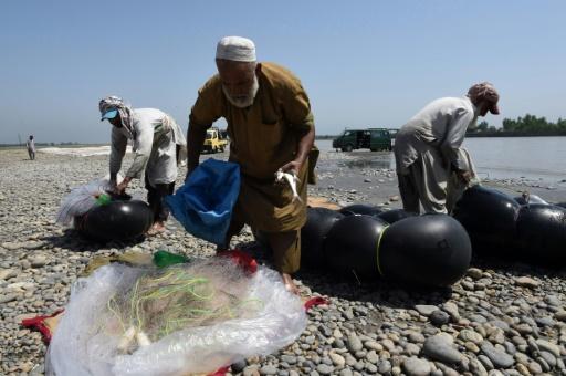 Des pêcheurs pakistanais rangent leur filet le 18 août 2016, après leurs prises dans la rivière Kaboul, au village Hajji Zai dans le nord ouest du Pakistan © A MAJEED AFP