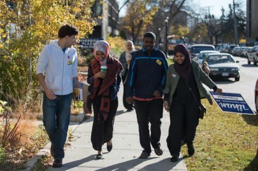 Ilhan Omar(2è g) fait campagne, le 8 novembre 2016 à Minneapolis pour un siège à la Chambre des Représentants © STEPHEN MATUREN AFP/Archives