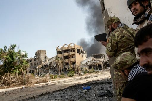 Des soldats du gouvernement libyen d'union nationale, lors de combats contre des membres de l'EI à Tripoli, le 2 octobre  2016 © Fabio Bucciarelli AFP/Archives