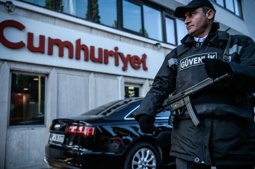 Un agent de sécurité devant le siège du journal Cumhuriyet à Istanbul, le 31 octobre 2016 © OZAN KOSE AFP/Archives